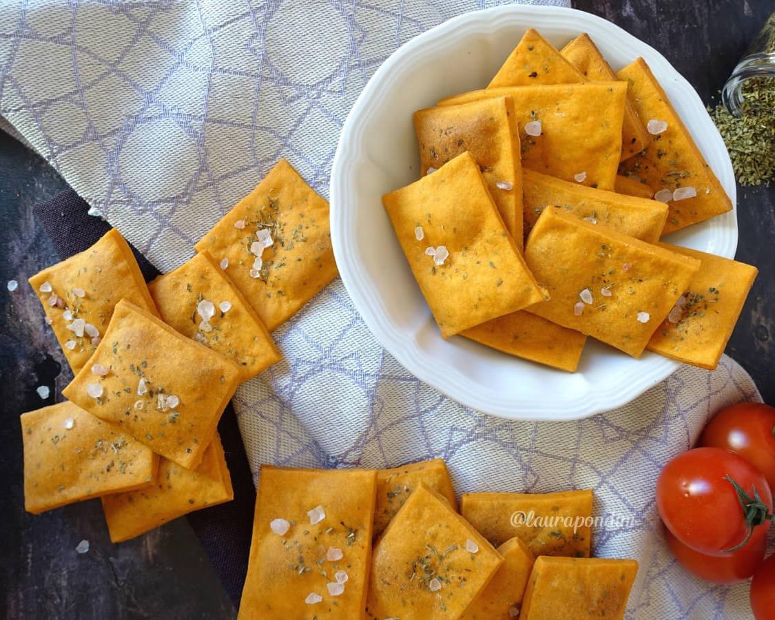 Crackers alla pizza senza lievito: stuzzichini facili e veloci
