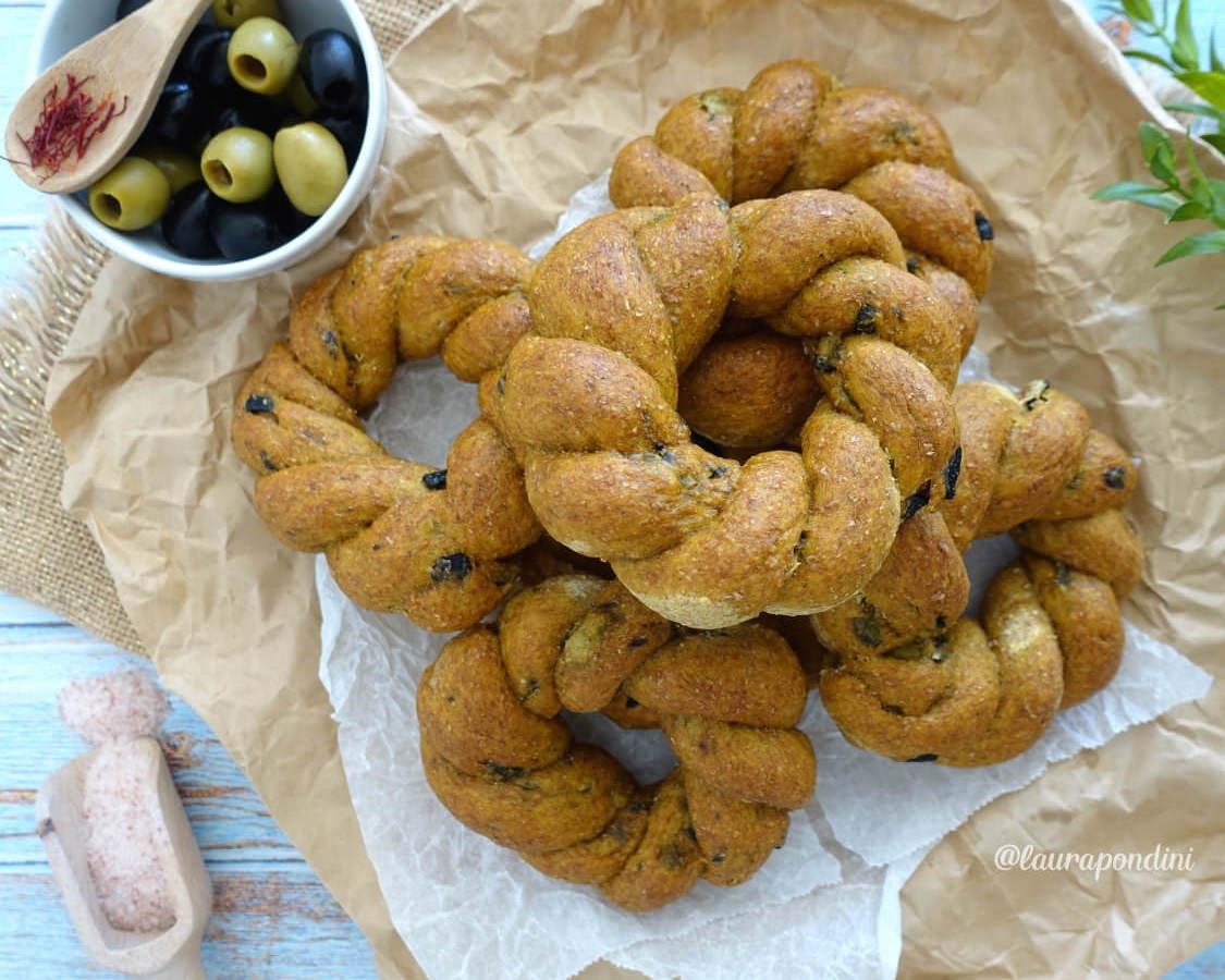 Trecce di Pane Integrale con zafferano e olive