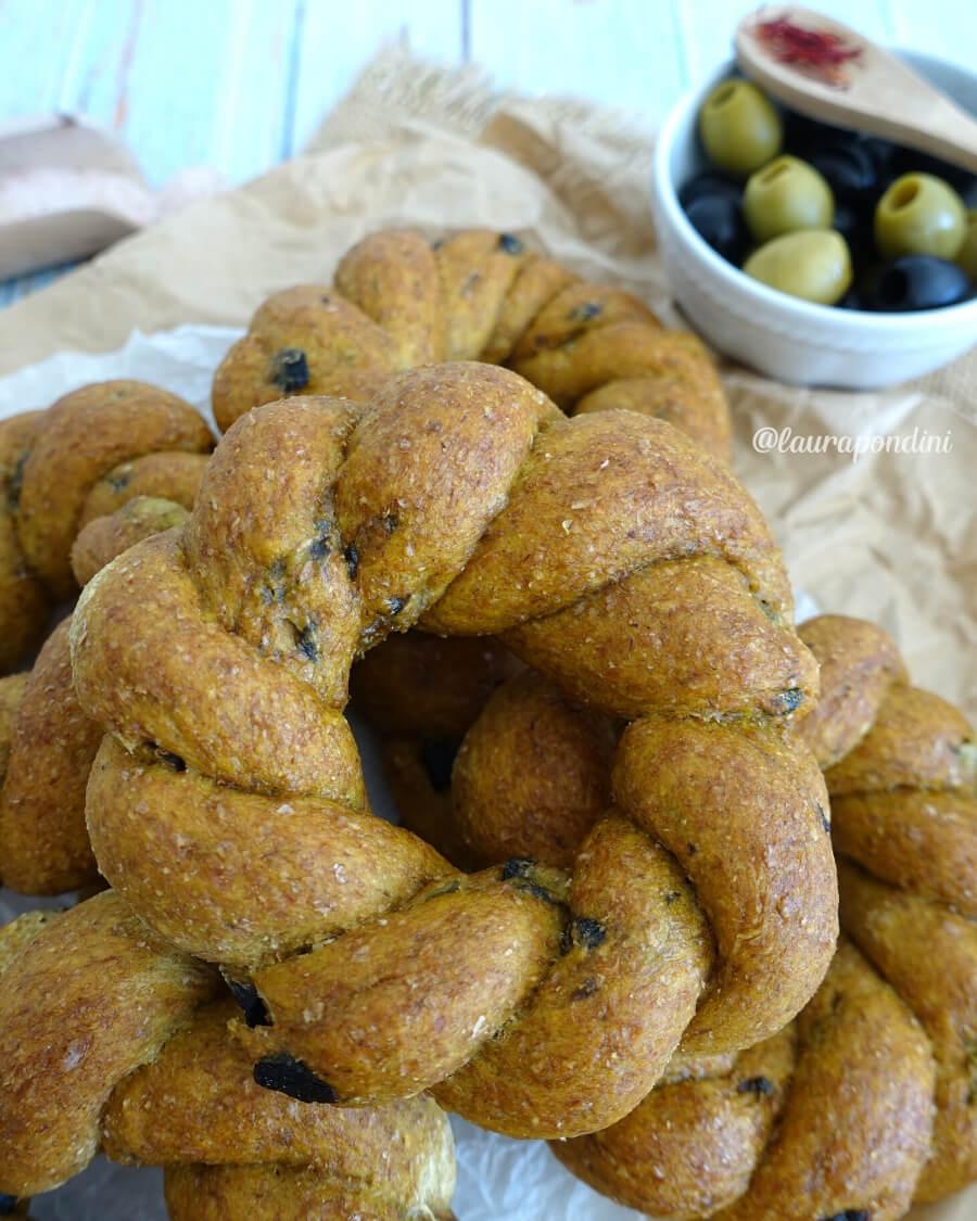 Trecce di Pane Integrale con zafferano e olive: ricetta sana e leggera