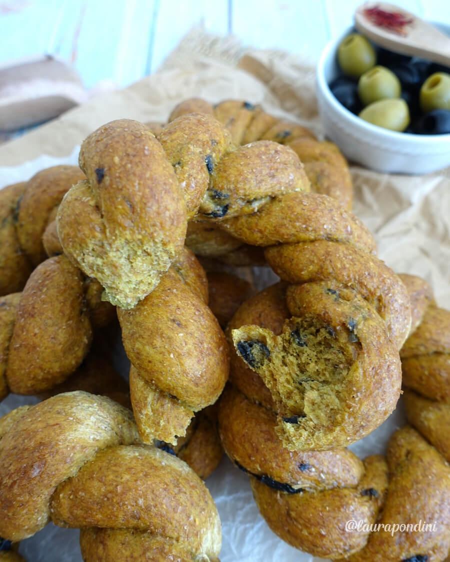 Trecce di Pane Integrale con zafferano e olive: ricetta fit