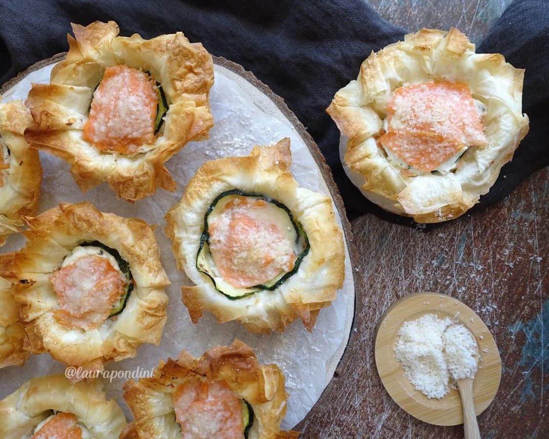 Cestini di pasta fillo con salmone, zucchine e philadelphia: ideale per antipasti e buffet