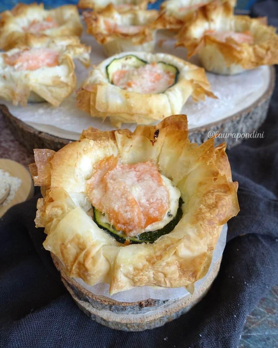 Cestini di pasta fillo con salmone, zucchine e philadelphia: ricetta fit