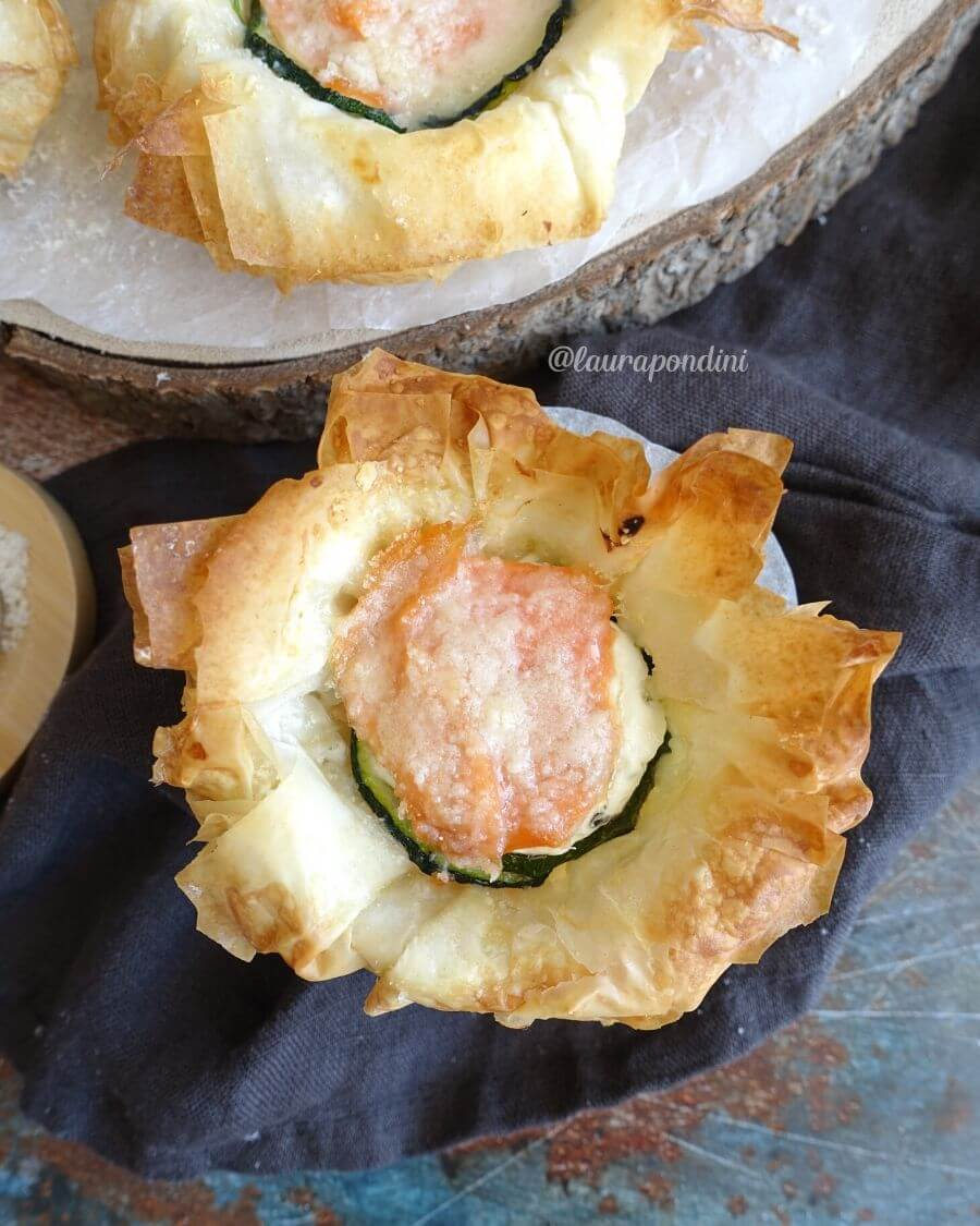 Cestini di pasta fillo con salmone, zucchine e philadelphia: ricetta sana e leggera