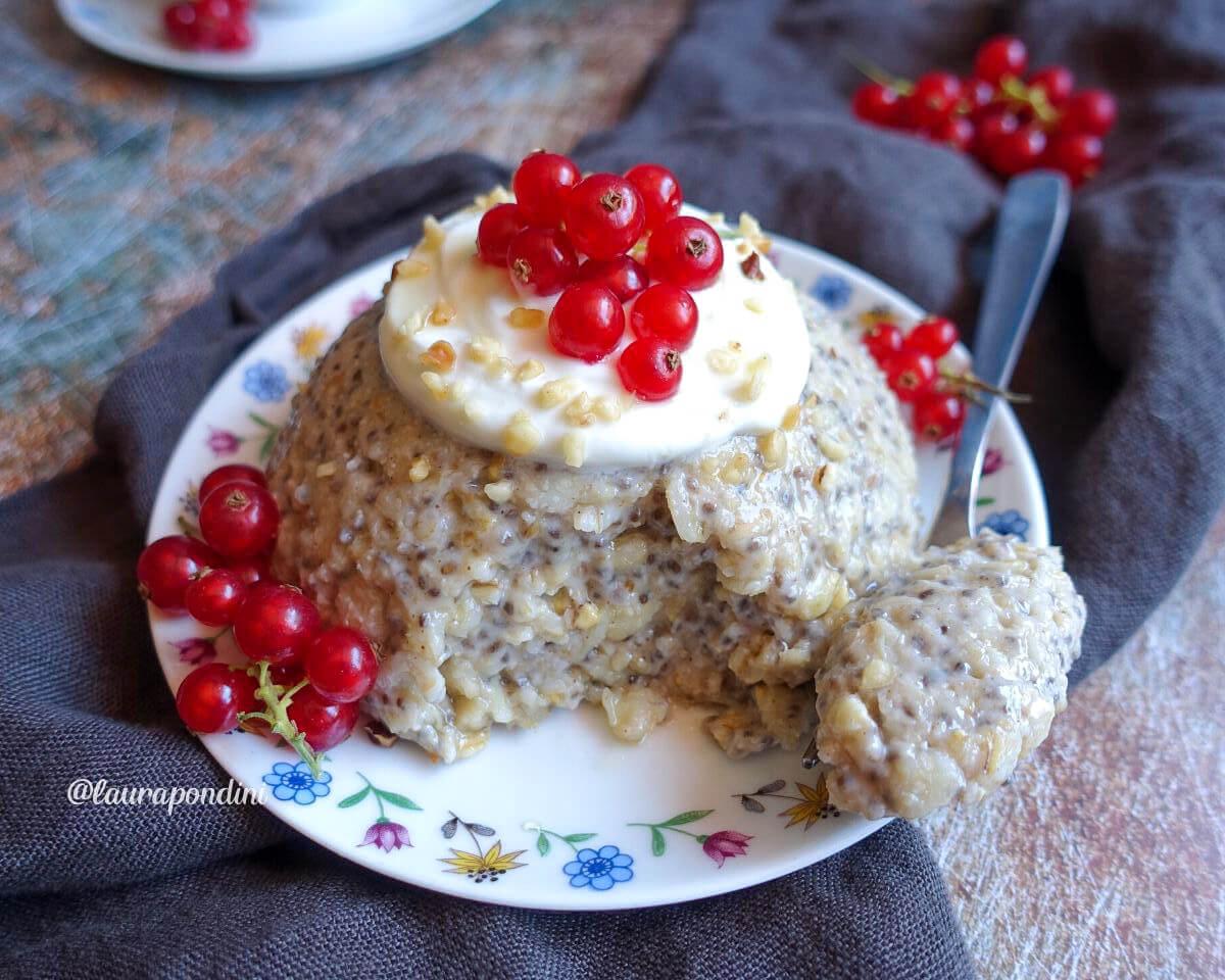 Oatmeal Cake: la Torta ai Fiocchi di Avena con Mandorle e Semi di Chia