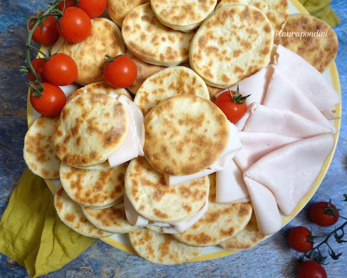 Tigelle in padella allo yogurt greco: la Ricetta facile e veloce