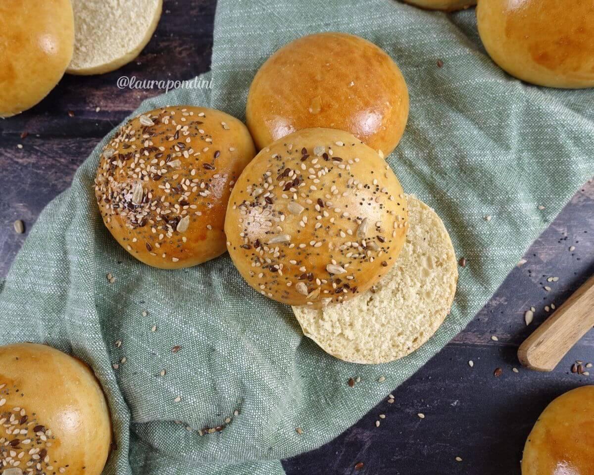 Burger Buns fatti in casa: la Ricetta dei panini per hamburger