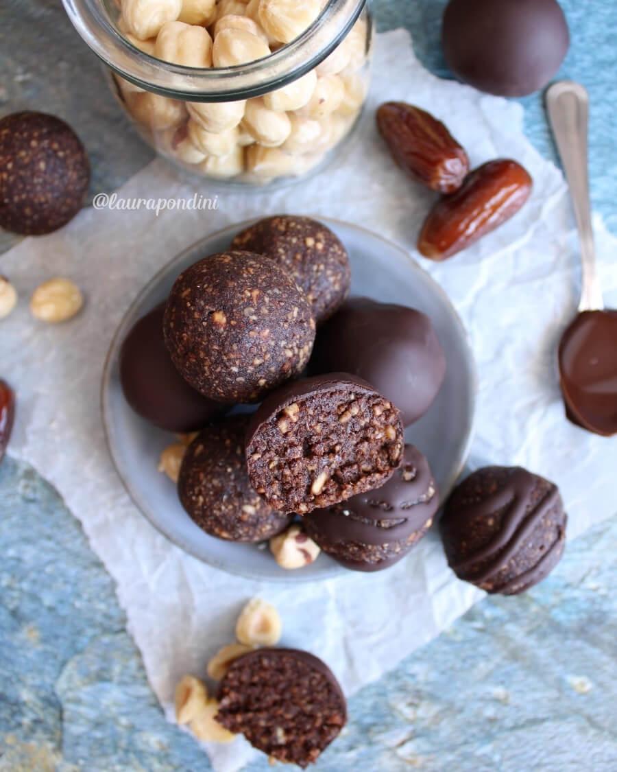 Palline energetiche alle nocciole, datteri e cacao: la ricetta fit senza burro