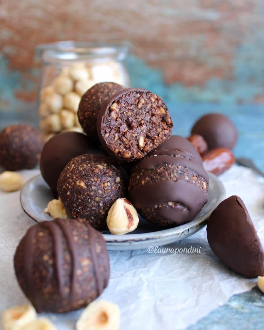 Energy Balls alle nocciole, datteri e cacao: la ricetta light senza glutine