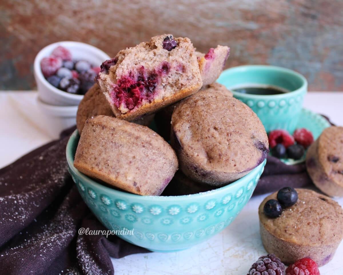 Muffins alla banana con farina di sorgo e frutti di bosco: la Ricetta vegan e gluten-free