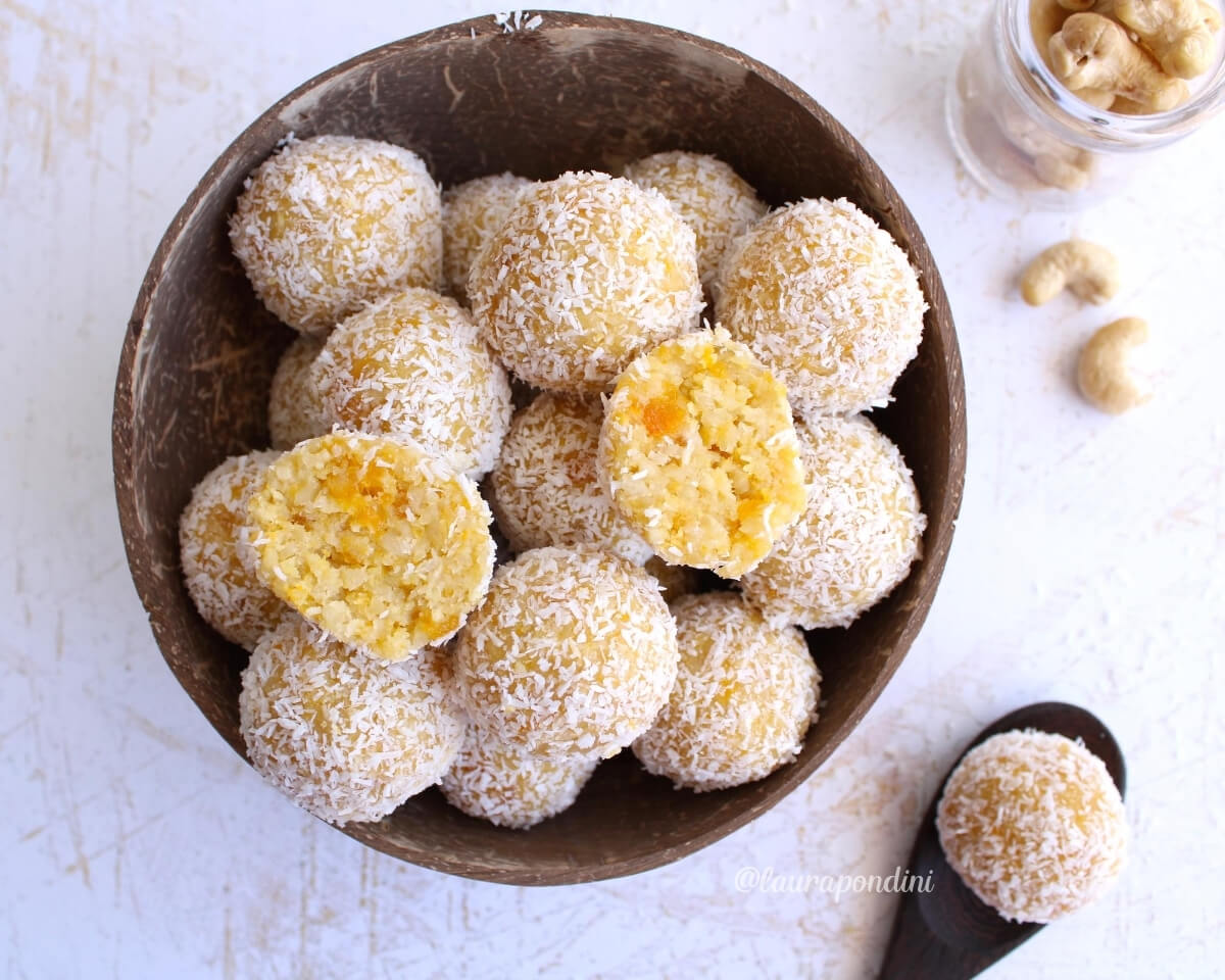 Palline energetiche alle albicocche, cocco e anacardi: la Ricetta vegan e crudista