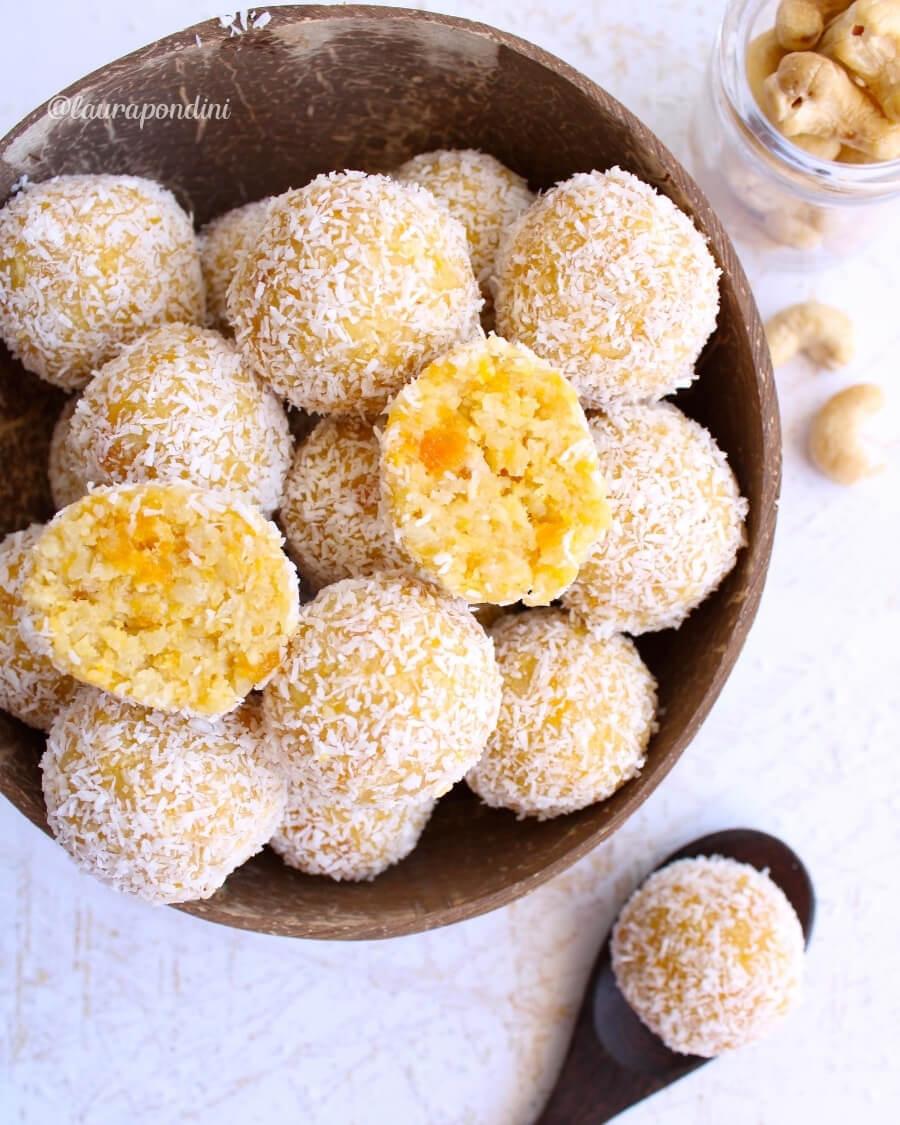 Energy balls alle albicocche, cocco e anacardi: la ricetta fit senza burro, glutine e uova