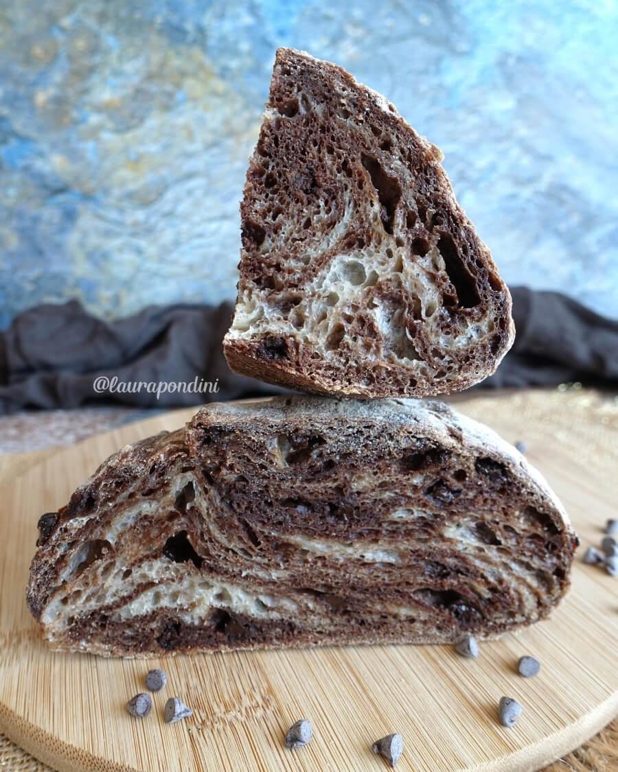 Pane variegato al cacao e gocce di cioccolato fondente