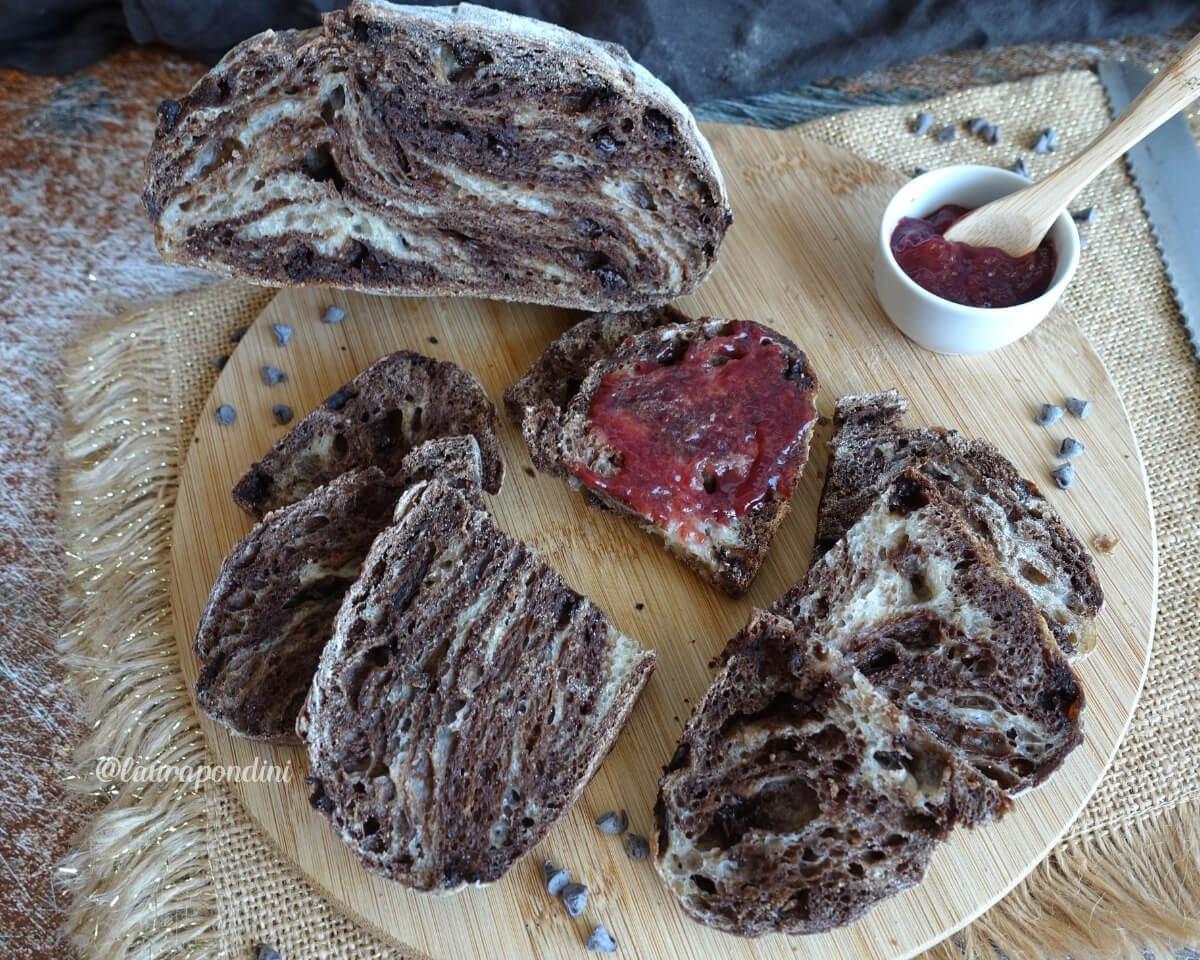 Pane variegato al cacao con gocce di cioccolato fondente