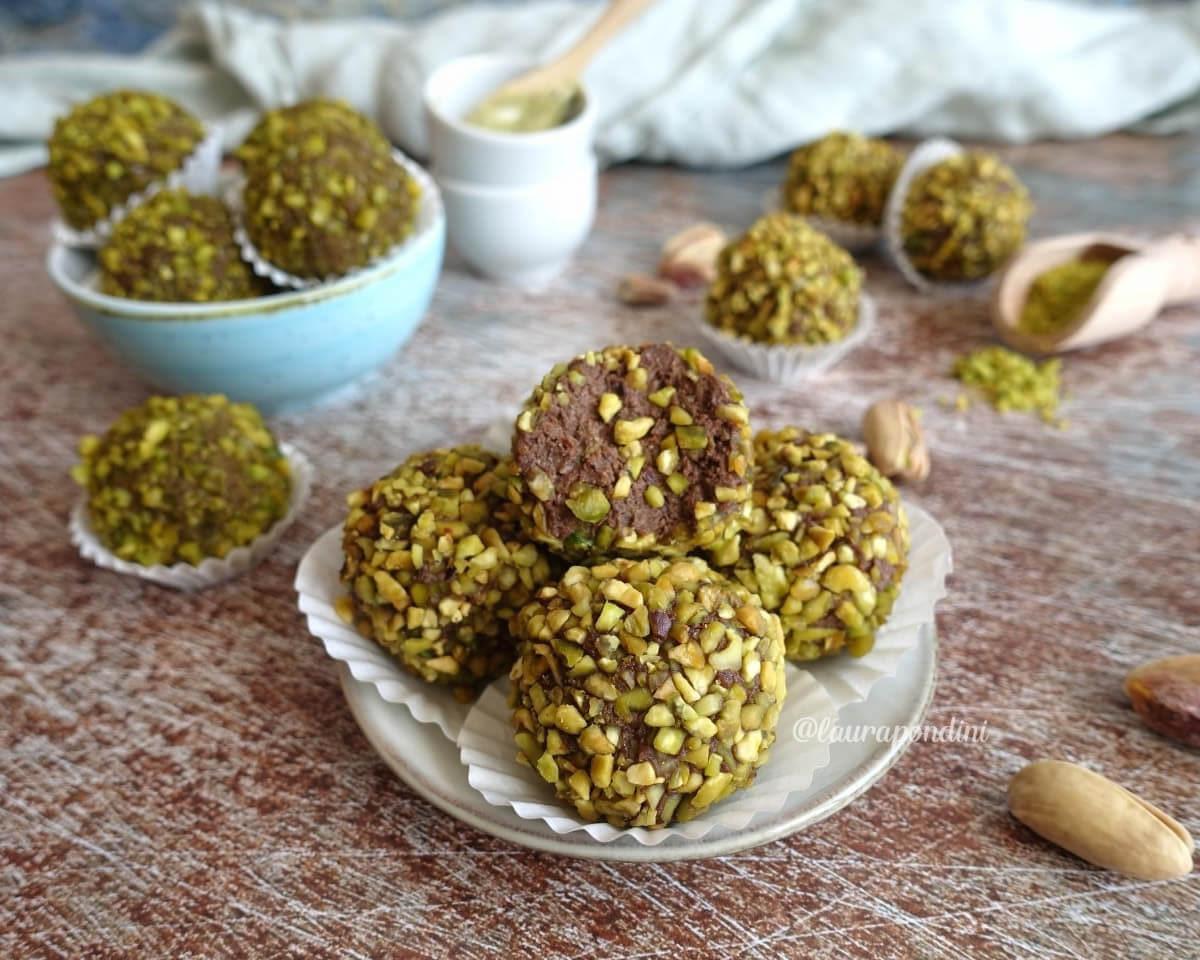 Tartufini di ricotta, pistacchio e cacao: la Ricetta fit senza cottura