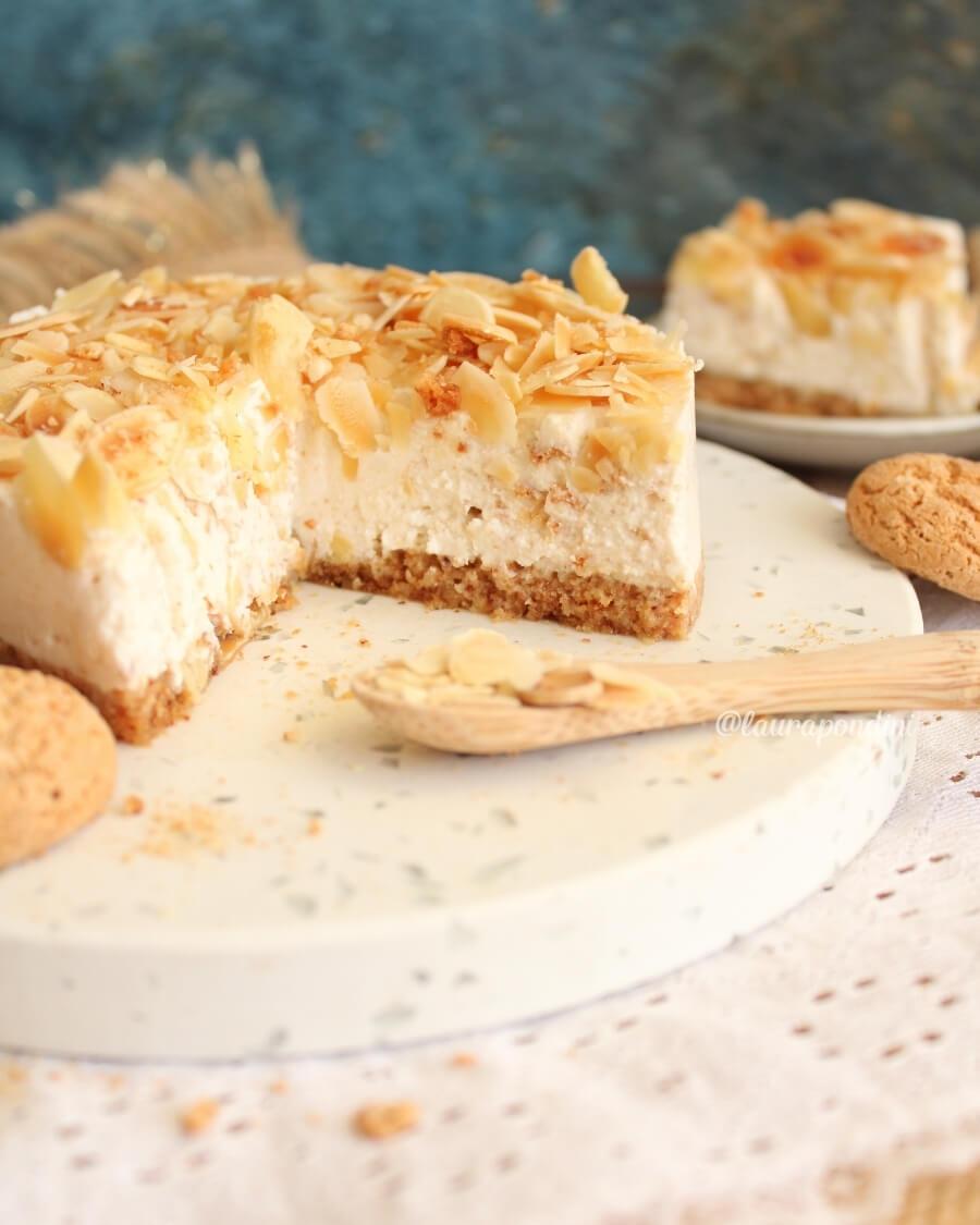 Cheesecake amaretti e mandorle: la Ricetta fit senza uova
