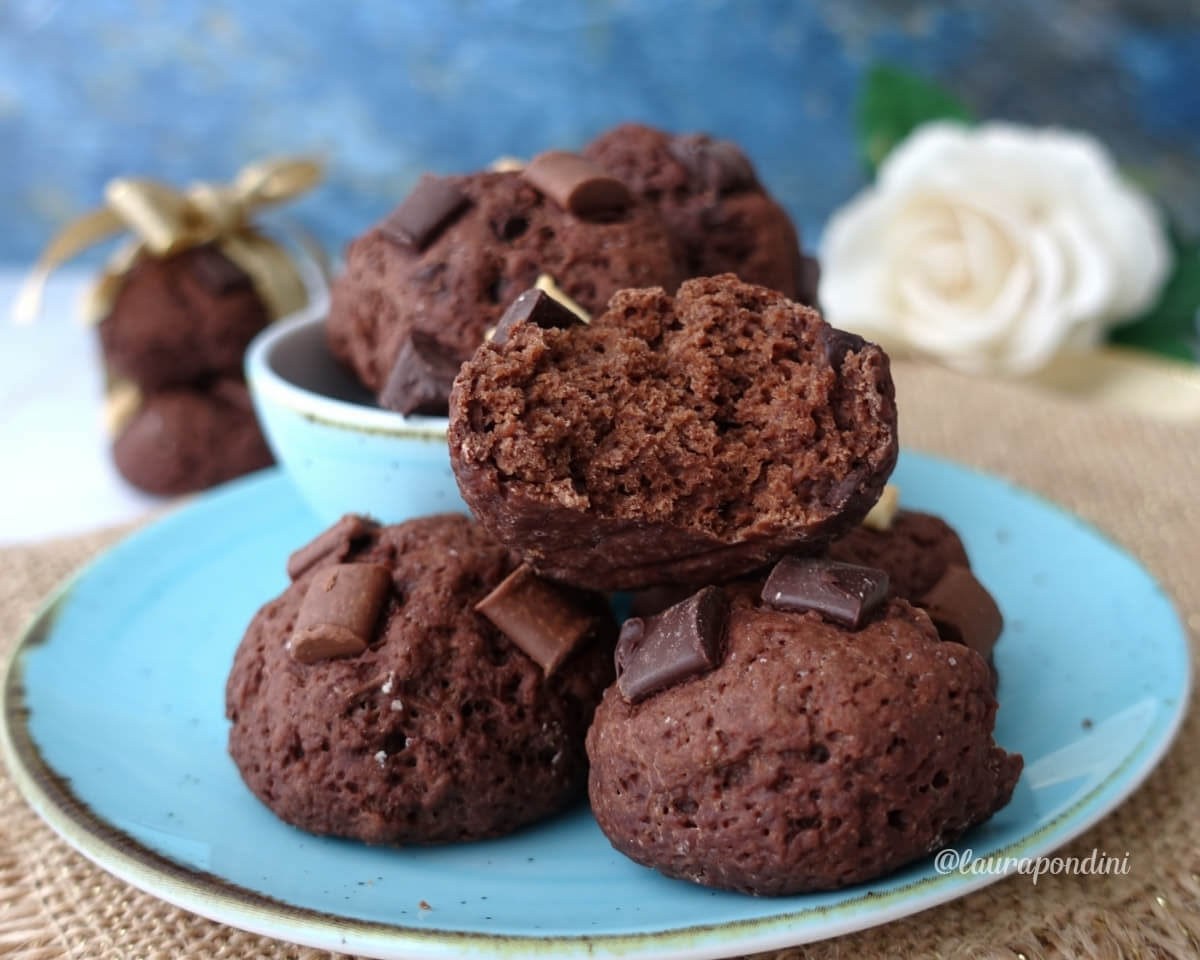 Biscotti morbidi al cacao senza burro con pepite ai 3 cioccolati