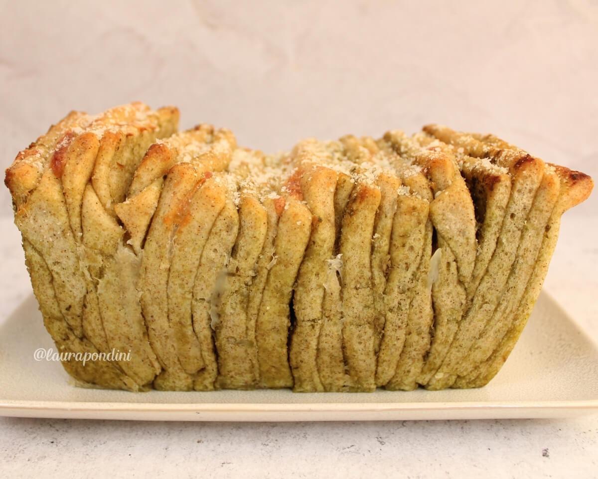 Pull Apart Bread con pesto e fiordilatte: la Ricetta del pane a fisarmonica