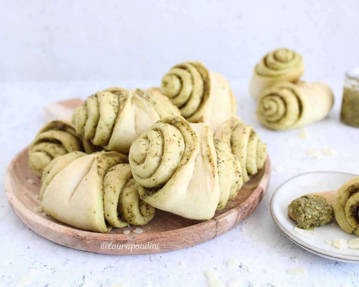 Fagottini di pane al pesto: la Ricetta morbidissima