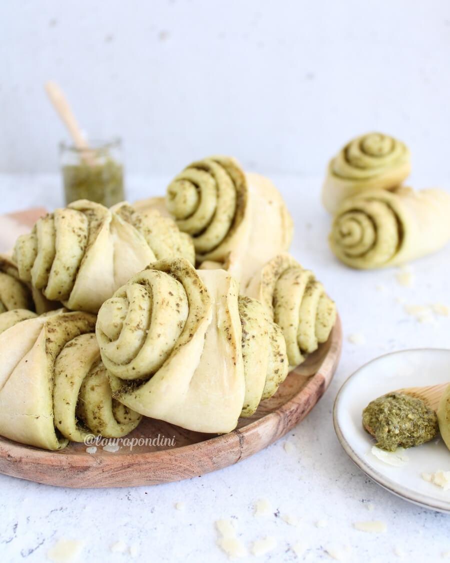 Fagottini di pane al pesto ricetta