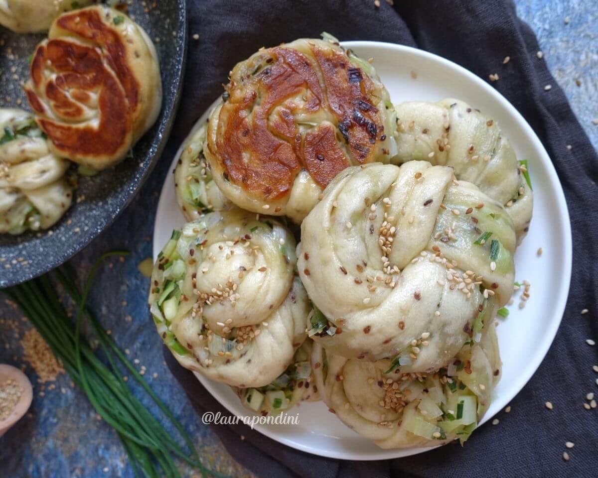 Panini cinesi con scalogno e sesamo tostato: la Ricetta Vegana
